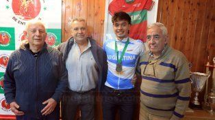 Los dirigentes. El representante entrerriano junto a los máximos dirigentes de la Asociación Ciclística de Entre Ríos.
