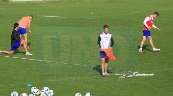 Nicolás Ledesma se calza la pechera para realizar los trabajos tácticos.