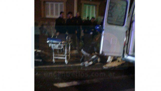 Está grave el motociclista chocado en la esquina de Enrique Carbó y Alsina