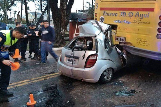 Un hombre se incrustó con su auto debajo de un colectivo