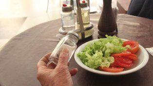 Muchos pacienteshipertensoscreen que con solo dejar de agregarsala las comidas es suficiente.