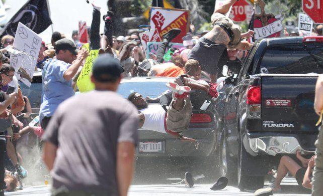 Confirmaron tres muertos y más de 30 heridos en la marcha pacífica anti nacionalistas blancos