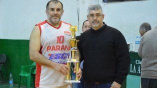 Al podio. José Lenardón recibe el trofeo que se llevó Paraná