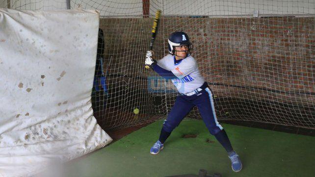 En la jaula de bateo. Las chicas entrenaron en el Estadio Nafaldo Cargnel bateo pensando en la competencia.