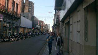 Los que caminan por calle Pellegrini se preguntan si el cable es peligroso