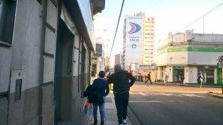 La pareja camina con el cable en el medio.