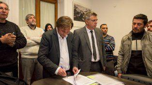 Techo propio. La firma del intendente pone fin a 10 años de espera de los beneficiarios.