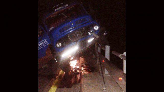 Un camión chocó un aliviador de la ruta nacional 14