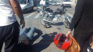 Choque entre una moto y un remís: un hombre fue hospitalizado