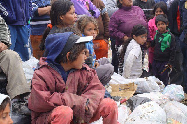 Foto UNO. Juan Ignacio Pereira(2014) Los niños miran el rescate de un chico que cayó adentro de un camión recolector de basura en el Volcadero.