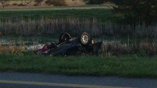Susto grande.La conductora perdió el control del auto que terminó volcado.