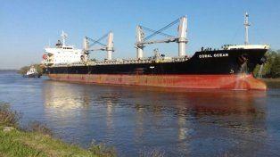 Coral Ocean. El buque causó sensación al navegar por el río, por su gran tamaño.
