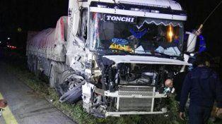 Un camión chocó con otro que intentaba estacionar en la banquina