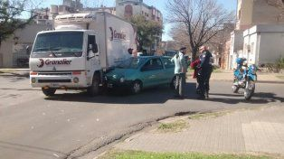 Pasó en rojo y colisionó un camión