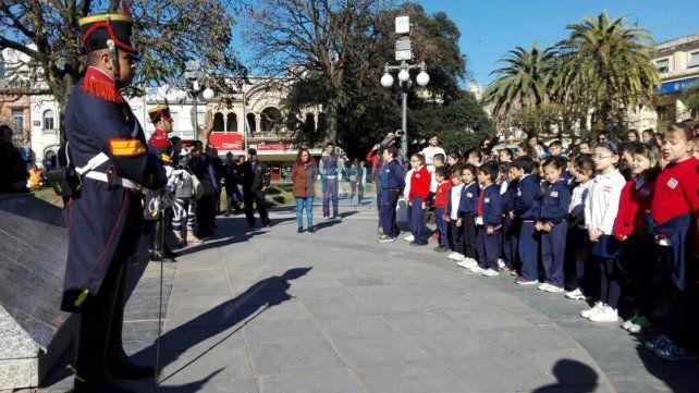 Colorido homenaje al general José de San Martín