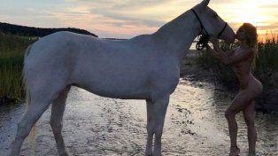 Vicky Xipolitakis, desnuda a caballo