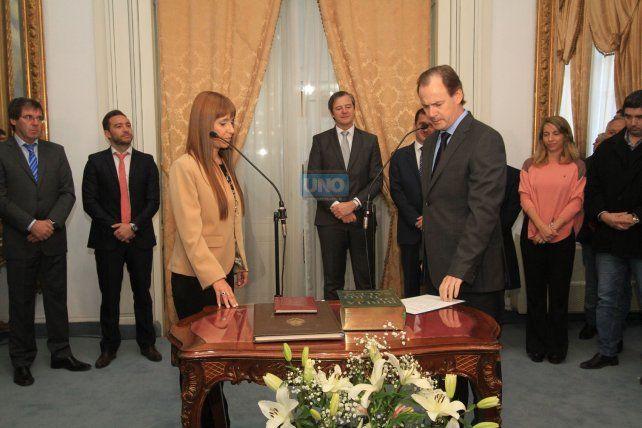 La flamante Ministra de Salud jura frente al gobernador de Entre Ríos.