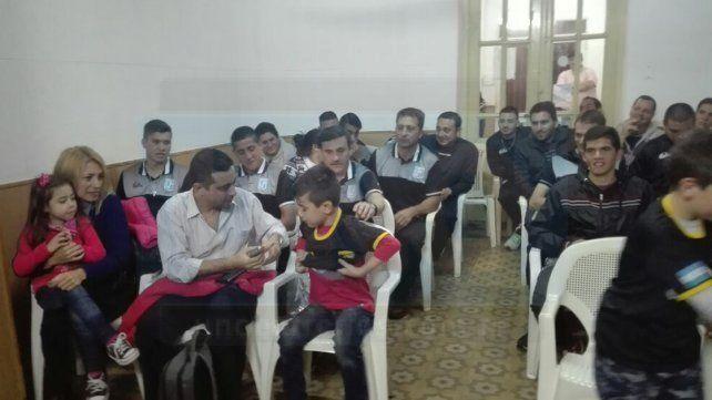Salón principal de la Liga Paranaense de Fútbol previo a la ceremonia de entrega de kits de árbtiros a los dos chicos.