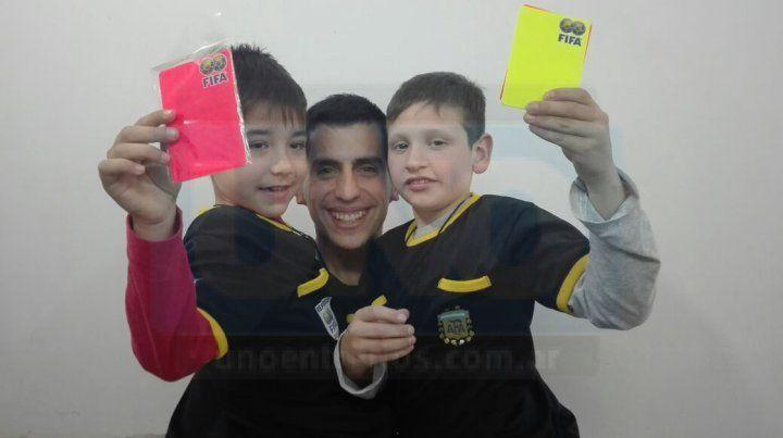 Joaquín Gómez, Ricardo Gómez y Santiago Ledner, posaron para la foto luego de la tranmisión en vivo realizada por UNO