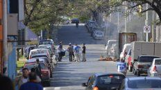 Calle Urquiza cortada a mitad de mañana por un reclamo de la Uocra. FotoUNOMateo Oviedo.