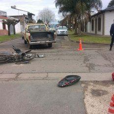 Un motociclista quedó inconsciente tras colisionar con una camioneta