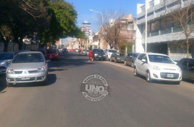 En calle Corrientes estacionan en doble, doble fila