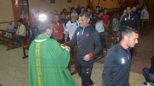 Bértoli compartió el pan y el vino con el Padre Diego Rauch en la misa de bendición realizada en la Iglesia Santa Teresita. Foto UNO Mateo Oviedo
