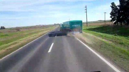 Momento de tensión. El camión y el acoplado derrapan sobre la ruta, y no pasa a mayores.