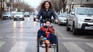 Agustina y Ciro pedalean por la ciudad. Con su actitud promueven la inclusión y la accesibilidad.(Foto: Juan Thomes) www.rionegro.com.ar