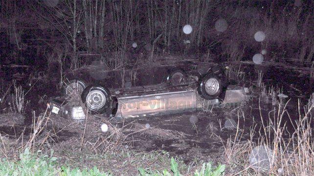 Murió el conductor de una camioneta que cayó de un puente y quedó sumergida en un arroyo