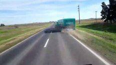 El camión y el acoplado derraparon sobre la ruta