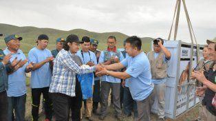 La entrega a los guarda faunas de Mongolia. Václav Šilha