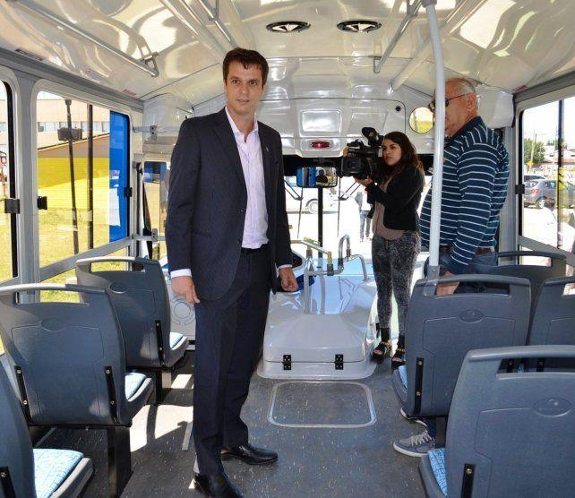 Cresto se subió a un colectivo para anunciar la llegada de la SUBE. Foto prensa Municipalidad de Concordia.