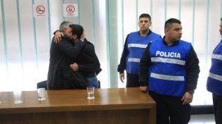Alivio. Goró se aferró a su abogado para desahogarse. Foto: Ignacio Pereira.