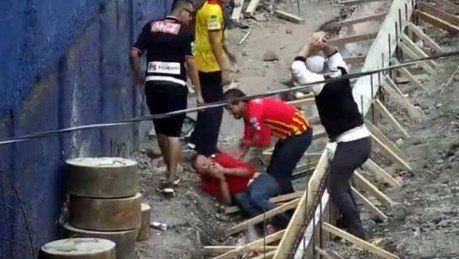 Fuerte video: Un hincha intenta asesinar a su rival con una piedra