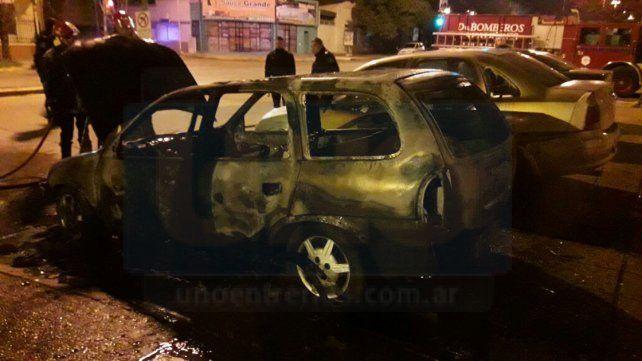 Un auto ardió en llamas en la esquina de General Urquiza y avenida Ramírez