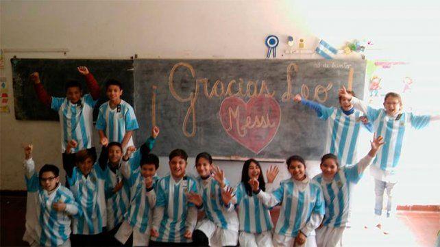 Gurises felices con las camisetas que les regaló Leo Messi
