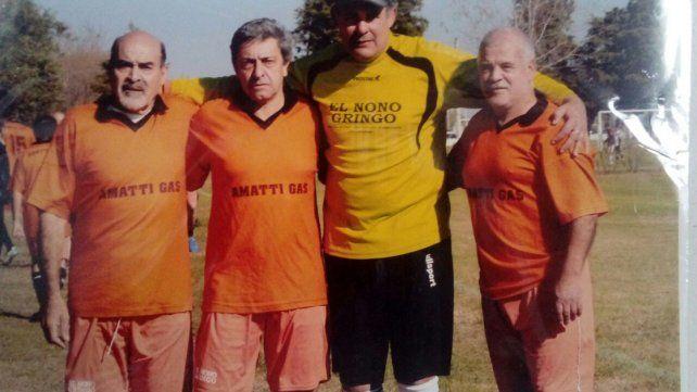 EL PRESIDENTE. Daniel Balcar –segundo de izquierda a derecha– es el titular de Los Aromos. En la foto posando con Enrique Carli