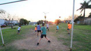 Los chicos disfrutaron de la tarde del sábado jugando un partidazo en la canchita de Paraná V. Foto UNO Juan Ignacio Pereira.