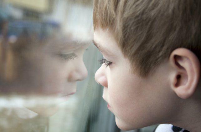 Las personas que padecen este trastorno pueden tener un comportamiento social inusual y un interés profundo en algunos temas específicos.