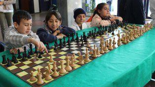 Los chicos jugando una partida simultanea en el CGE. Foto prensa CGE.