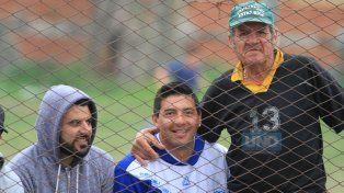 Desde la tribuna. Mariano Sabadía (en el medio) disfrutó desde la tribuna la victoria del equipo de sus amores.