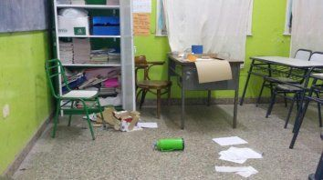 vandalos atacaron una escuela y causaron destrozos