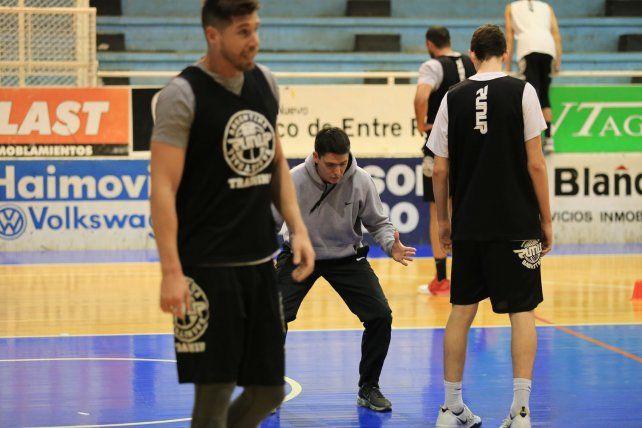 El coach le muestra la postura a sus dirigidos. Remarcar la idea del equipo