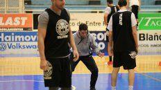 El coach le muestra la postura a sus dirigidos. Remarcar la idea del equipo, esencial desde el arranque.