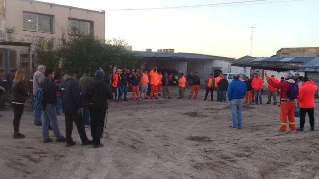 Trabajadores de Obras Sanitarias retienen servicios por el pase de contratados a planta