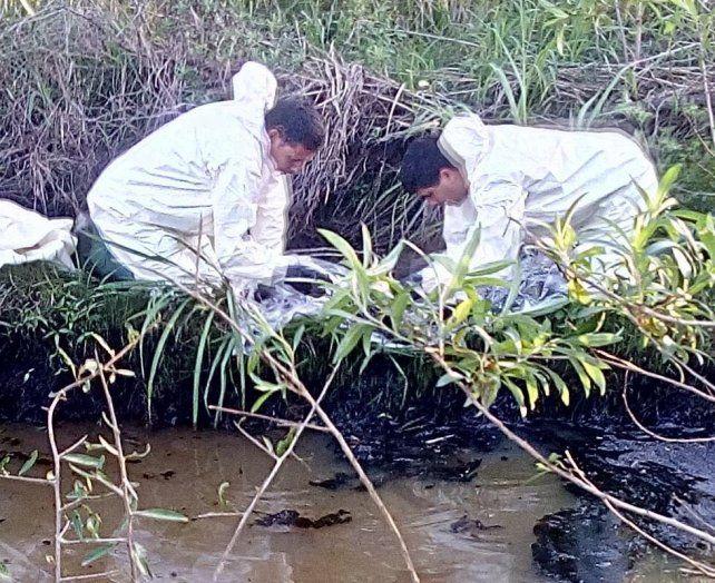 Especialistas trabajando en el arroyo contaminado. Foto Secretaría de Ambiente.