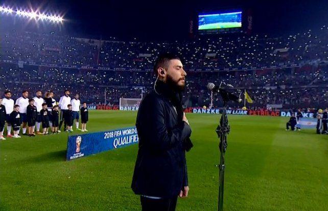 El himno se canta con el corazón, no importa la afinación