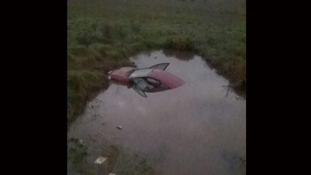 Un auto despistó y quedó semi sumergido en un canal de agua