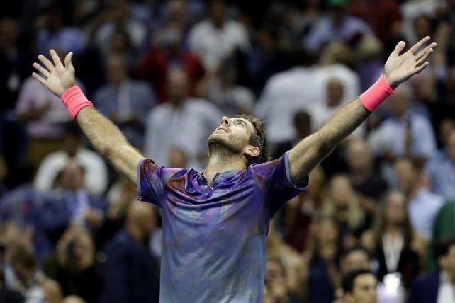 Delpo levanta los brazos para demostrar su felicidad en el medio del estadio.